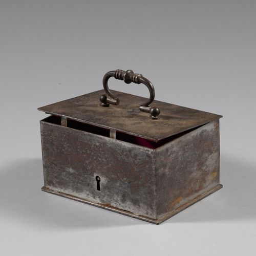 Lot de deux coffrets à bijoux en bois et fer, et divers objets dont carnet souve…