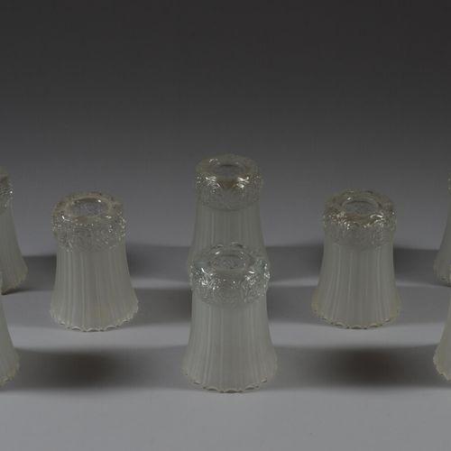 八个乳白色压制成型的玻璃照明郁金香,有造型的花朵。  装饰艺术  高14厘米  状况良好