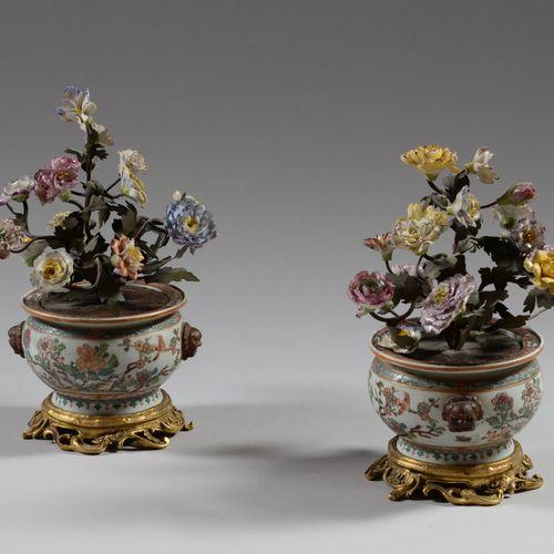 SANSON PARIS  Paire de cache pot et leur bouquet en porcelaine polychrome à déco…