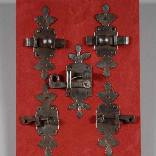 Cinq loquets de porte en fer forgé.  XVIIème siècle  Montés sur panneau