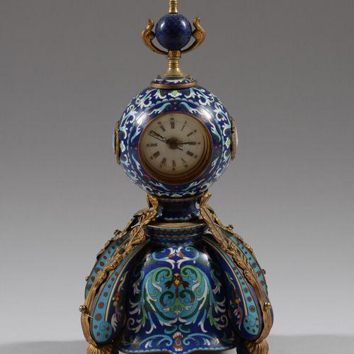 Pendule en cuivre et émaux cloisonnés polychrome à décor de motifs feuillagés, l…