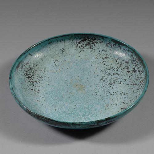 Plat circulaire sur talon en céramique à décor émaillé tacheté vert et brun. Mar…