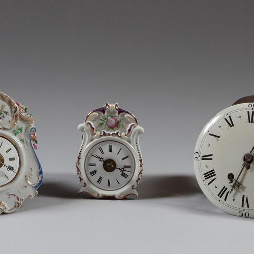 Lot de trois mouvements d'horloge à cadrans en porcelaine polychrome ou faïence.…