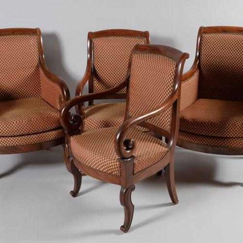 一对桃花心木和桃花心木贴面的扶手椅,有弯曲的手臂,跗骨的腿和翻转的背部。  复原期  有些划痕