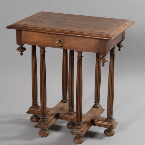 胡桃木桌子的底座上有七个凹槽柱子,由一个支架连接,它在腰部有一个抽屉。  文艺复兴风格,19世纪  高70.5,宽67,深48厘米