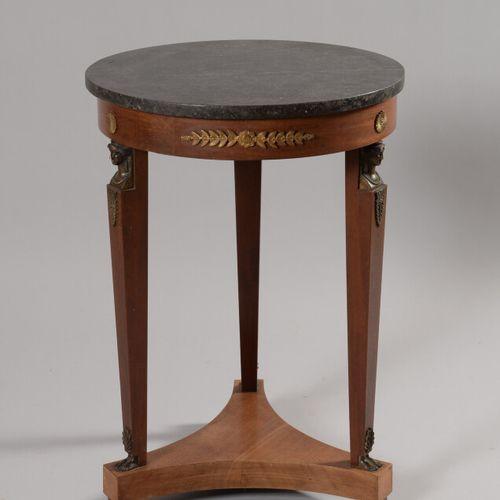 天然木质基座桌,三条青铜卡里亚特腿由一个架子连接,圆形黑色花岗岩桌面。  帝国风格  高度71.5,直径50厘米