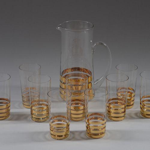 无色玻璃和金色条纹装饰的橙汁服务,包括一个水壶和八个杯子。  50年代的作品  附上一个不匹配的玻璃