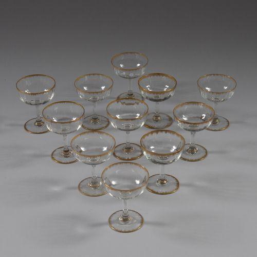 Onze coupes à champagne en verre à liseré doré.  Travail de Lorraine