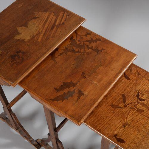 Emile GALLE (1846 1904) attribué à  Suite de trois tables gigognes en hêtre à pl…