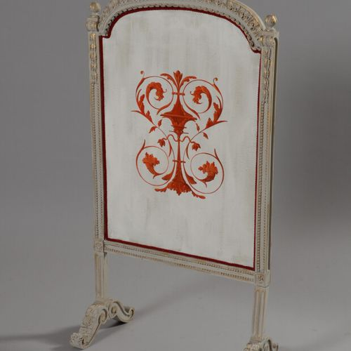 Ecran de cheminée en bois sculpté laqué blanc et toile peinte à décor de corne d…