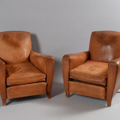 一套四把黄褐色皮革的俱乐部椅。  约1930年  高度81 宽度75.5 深度76 座椅深度50厘米  磨损,一个背面有撕裂,另一个背面有修复,污渍