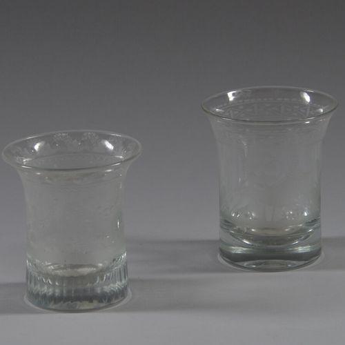 两个无色玻璃杯,上面有一只狗,花和叶子。  19世纪晚期  高9.5厘米