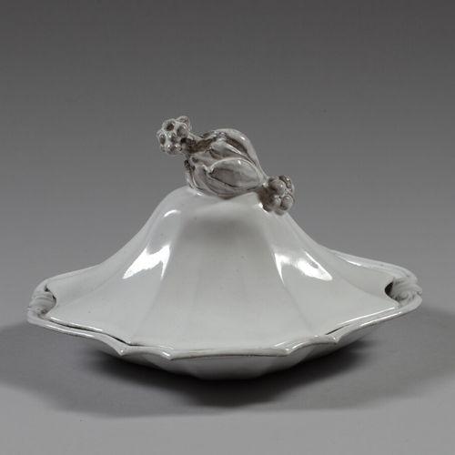 收集方面  白色釉面陶瓷轮廓的有盖盘子,握手处呈漏斗状。  长24厘米