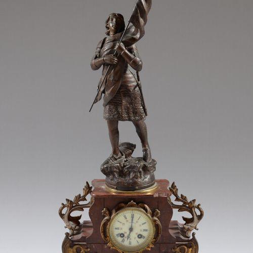 一个红色大理石和鎏金铜钟,安放在四个叶子脚上,上面有一个代表圣女贞德的红宝石主题,仿照卢梭。  19世纪晚期  高度65.5厘米  大理石的事故与失踪