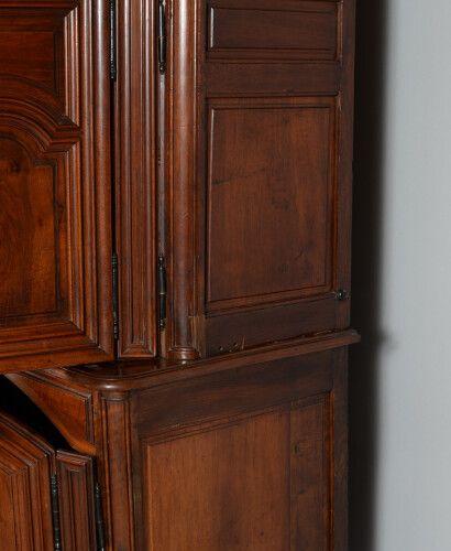 罕见的带底座的小型两部分胡桃木餐具柜。它有四个带模制面板的双门,并以弯曲的腿为支撑。宪兵城堡形状的模制檐口。美丽的旧铁制品、火绒布螺栓、锁和钥匙。  法兰西岛,…