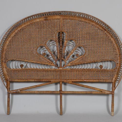 Tête de lit en osier tressé de forme demi lune à motifs stylisés.  Style Emmanue…