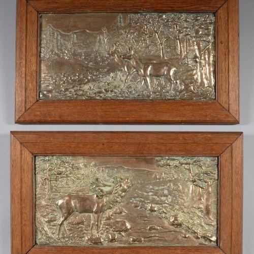 鎏金青铜装饰盘一对,上面有一只雄鹿和两只雌鹿。橡木框架。  高33厘米,宽56厘米