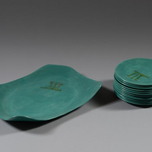 绿色釉面陶瓷甜点服务包括一个边缘凸起的盘子和12个盘子。  20世纪50年代的工作
