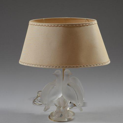 LALIQUE FRANCE  Lampe en verre dépoli à décor de deux oiseaux. Signé.  Haut. 41 …