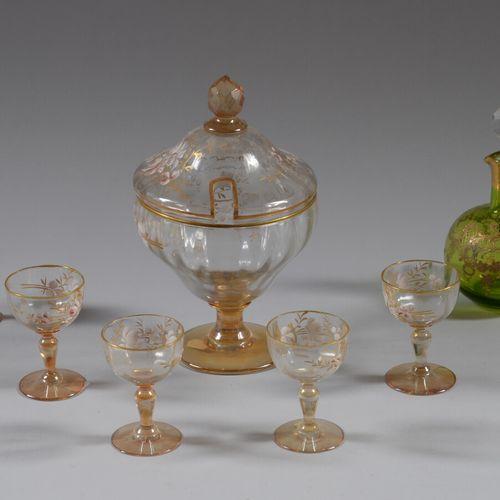 Service à liqueur en verre émaillé à décor de fleurs comprenant quatre verres à …