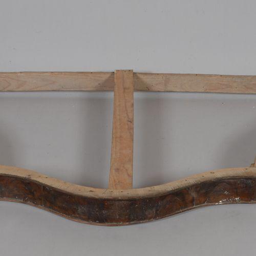 胡桃木饰面的床架。  19世纪晚期  高75厘米,宽121厘米