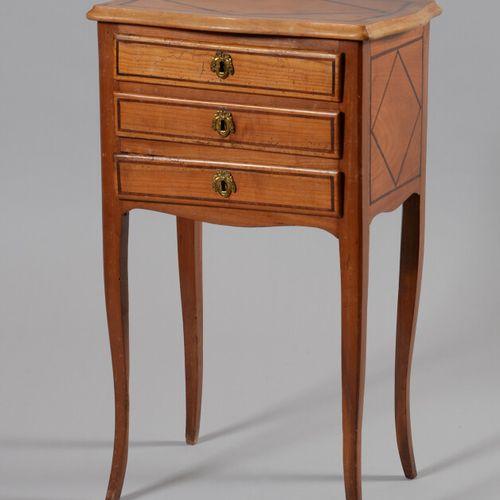 一张樱桃木小桌,镶嵌着菱形的马齿苋片,开有三个抽屉,靠在拱形的腿上。  18世纪的多芬尼作品  高度69.5,宽度43,深度32厘米  恢复使用