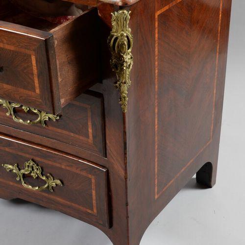 抽屉柜有一个弧形的正面,用紫檀木饰面镶嵌着浅色的木片,开有三个行的四个抽屉。  路易十五时期  布雷切尔大理石面板  高91.5,宽129,深63.5厘米