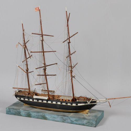 """ETIENNE ET MARIE BAYONNE """"三个桅杆的模型。 木制模型放在一个木制底座上,模仿海洋。  高70 长85厘米"""