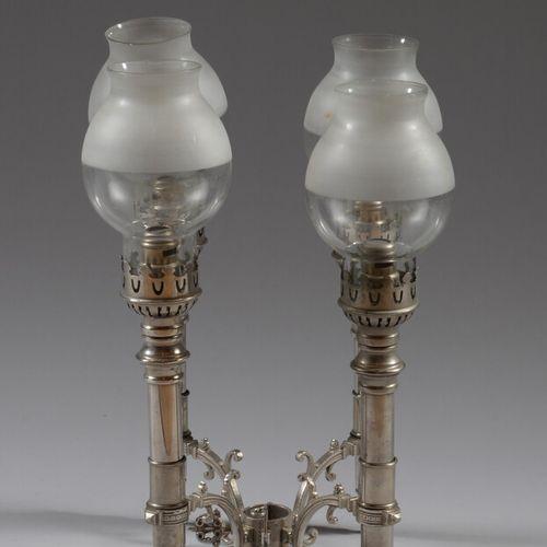 金属酒精灯,有四个灯,无色玻璃球。  19世纪  高28厘米