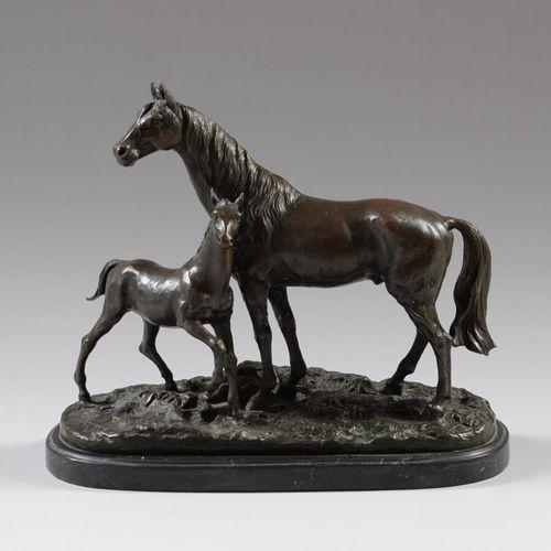 """皮埃尔 儒勒 梅内(1810 1879)之后  母马和她的小马驹  棕色铜锈的青铜器,露台上有 """"MENE """"的签名。大理石底座。  20世纪  高34厘米,长…"""