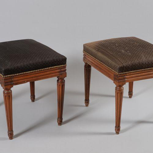 一对模制的天然木凳,放在四个有凹槽的锥形腿上。  古老的路易十六风格作品  马鬃装饰品(二手)。  高45,宽47,深39.5厘米