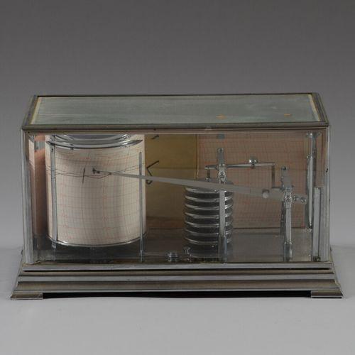气压计记录器,有七个胶囊,镀铬金属。  约1930 40年  高16,宽28,深15厘米  玻璃上的小裂缝