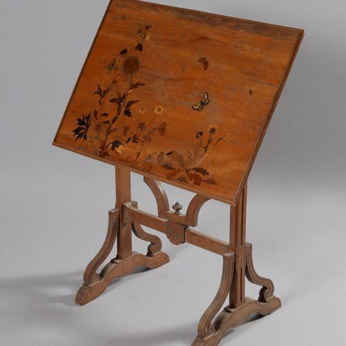 埃米尔 加莱(1846 1904)  折叠式边桌,有一个长方形的模制桌面,上面装饰着鲜花和蝴蝶,清漆木质底座。装饰中嵌有印章。  高75 宽72 深51.5厘米…