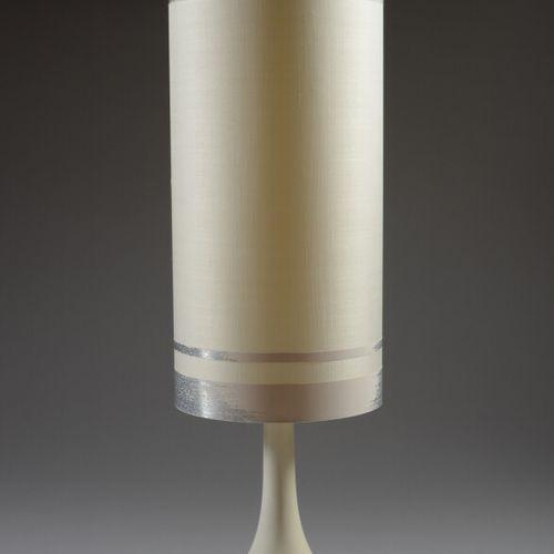模制的塑料休闲灯,圆柱形灯罩,带塑料带。  70年代的作品  高度111.5厘米