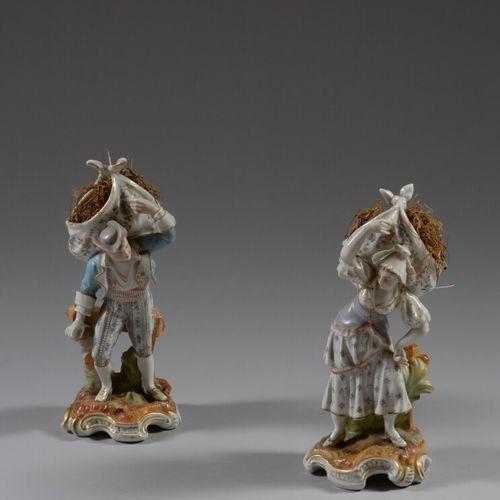 Deux sujets en porcelaine polychrome représentant un couple de jeunes paysans po…