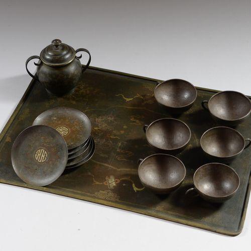 中国或东南亚  掐丝龙纹铜茶具,包括一个托盘,六个杯子和碟子,一个有盖壶。  20世纪初  小事故