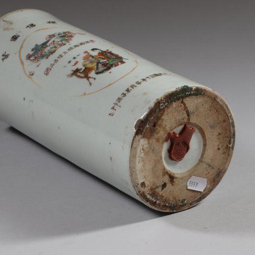CHINE  Vase rouleau en porcelaine décorée en polychromie dans une réserve d'une …