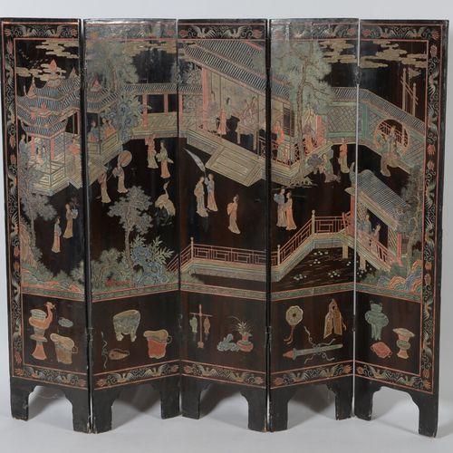 CHINE  Paravent à cinq feuilles en laque de style Coromandel à décor sur une fac…