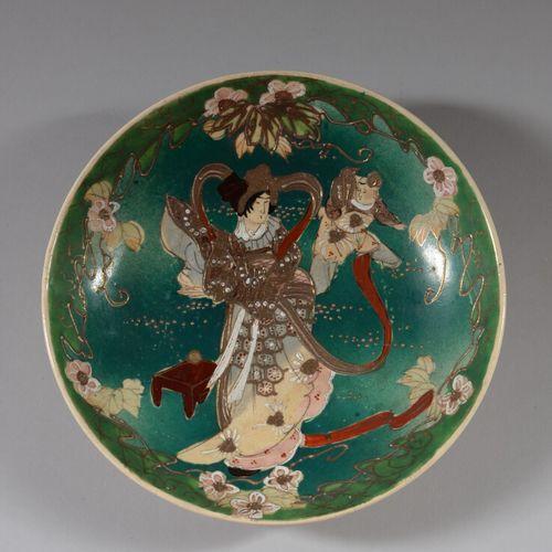 JAPON SATSUMA  Coupe en faïence polychrome et or à décor au centre d'une mère et…