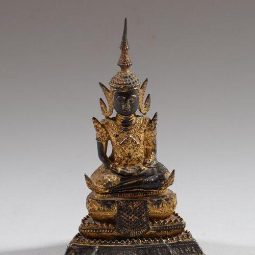泰国  鎏金铜佛像在禅定中,坐在三层基座上,佩戴乌斯尼萨。  Ratanakosin风格,19世纪末  高20.5厘米