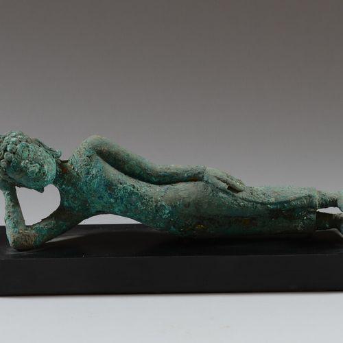 喀麦隆  青铜或铸造金属的卧佛像,有绿色的铜锈。  高棉艺术风格  长35厘米