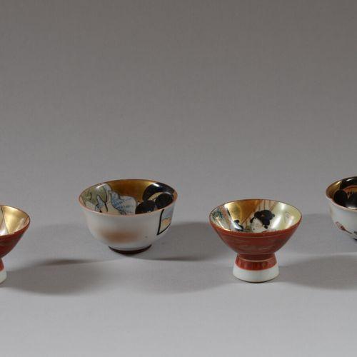 JAPON  Quatre petits bols à saké en porcelaine polychrome à décor de scènes du K…