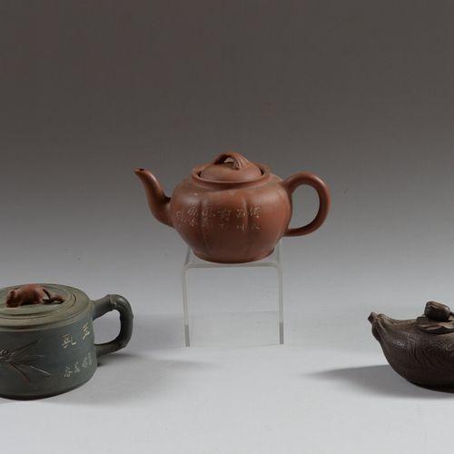 中国  三件宜兴炻器茶壶,棕色,绿色和棕色,一件是水果形状的,另外两件有刻字的装饰。  高度为8和10厘米