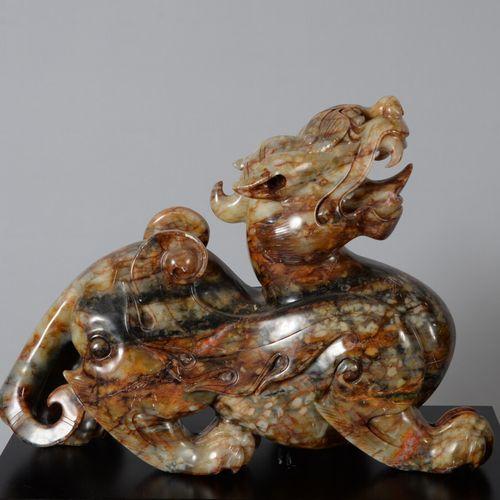 中国  一对在黑色底座上的硬石雕刻的嵌合体。  现代装饰作品  高度44,宽度60厘米