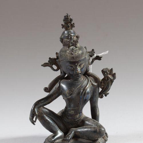 印度  菩萨铜像以拉贾里萨那姿势坐在莲花状底座上,右手放在弯曲的膝盖上,左手拿着流向手臂的莲花茎,身穿道袍,身上有珠宝装饰,头发梳成高髻。  20世纪  高21…