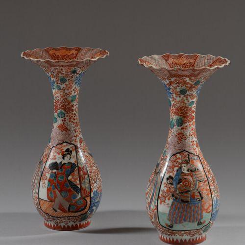 JAPON  Paire de vases ovoïdes en porcelaine polychrome à décor de courtisanes da…