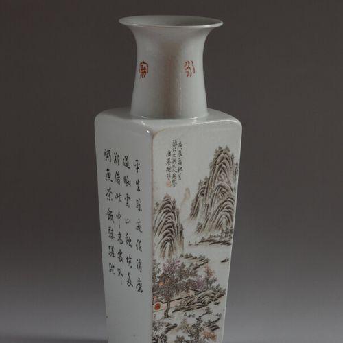 CHINE  Vase quadrangulaire en porcelaine polychrome à décor de paysages montagne…