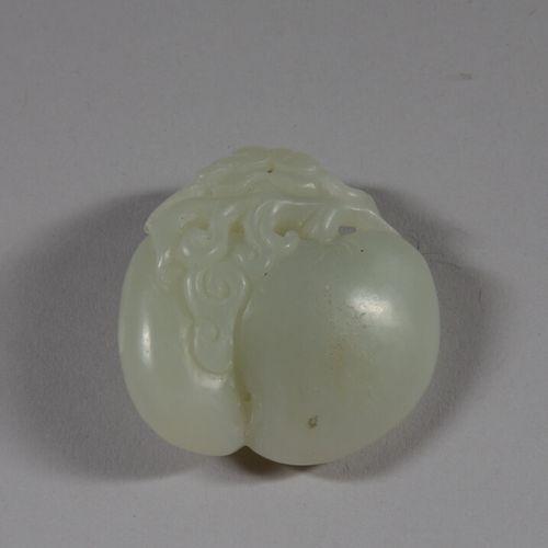 中国  桃子形状的青瓷软玉吊坠。  20世纪  长4.5厘米