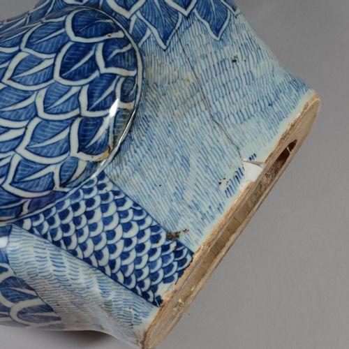 中国  青白瓷龙。  19 20世纪  高47厘米 有两个裂缝的事故