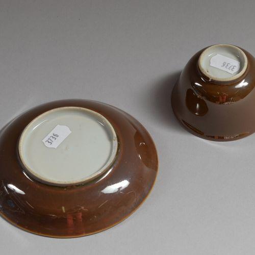中国  瓷质圆杯和碟子,外侧装饰有毛细血管背景,内侧有釉里红的花朵  18世纪  杯子的直径为12厘米  脚跟下有一个缺口